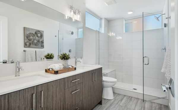 Owner's Suite Bath at 1113A 14th Ave